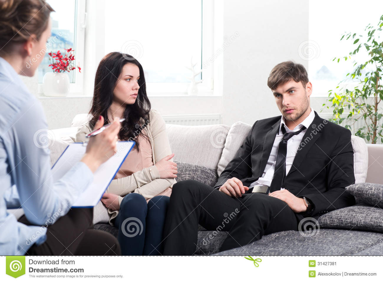 le jeune couple consulte au psychologue image stock image 31427381. Black Bedroom Furniture Sets. Home Design Ideas