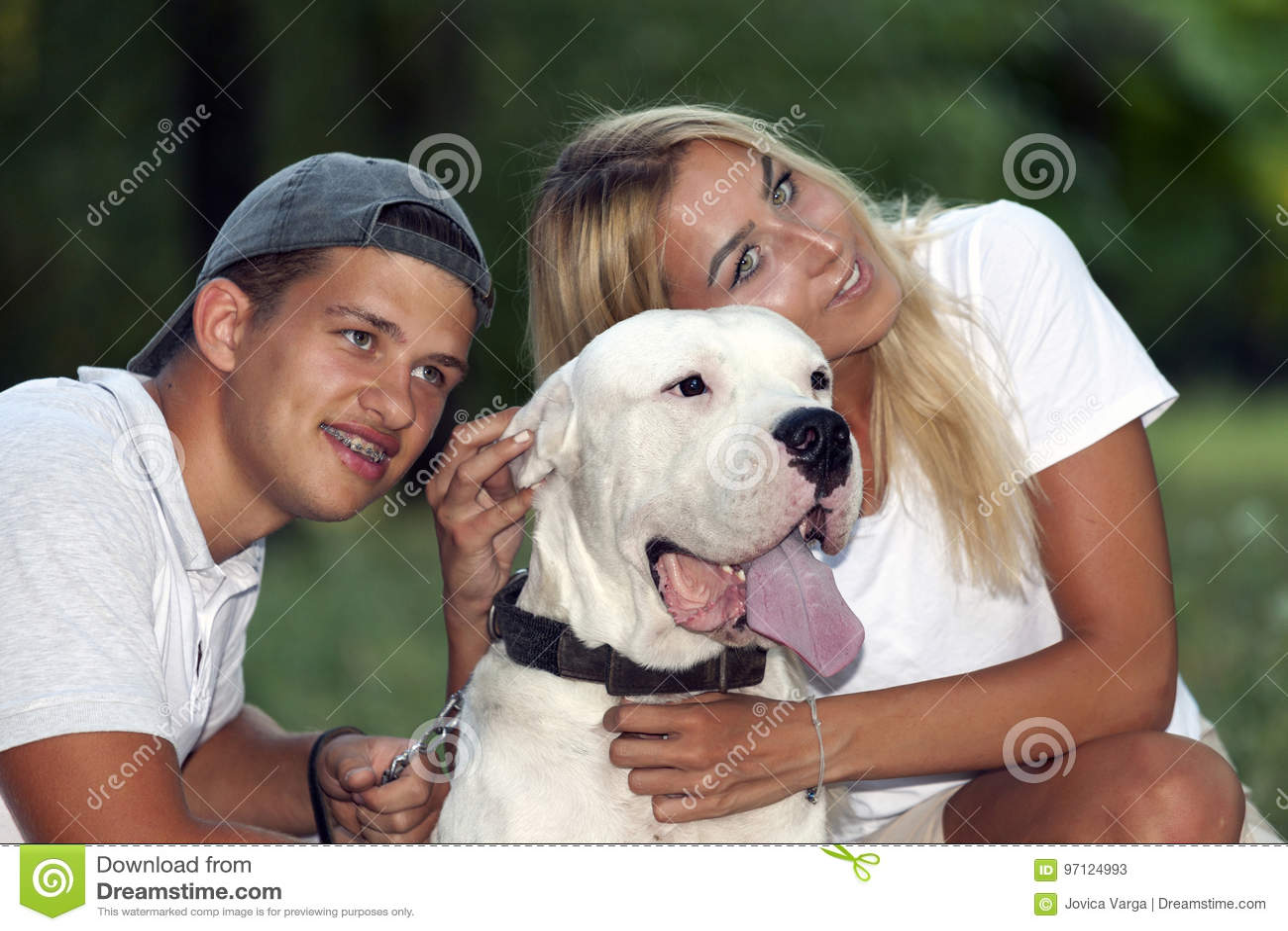 Le jeune couple dans l amour détend en nature avec leur chien