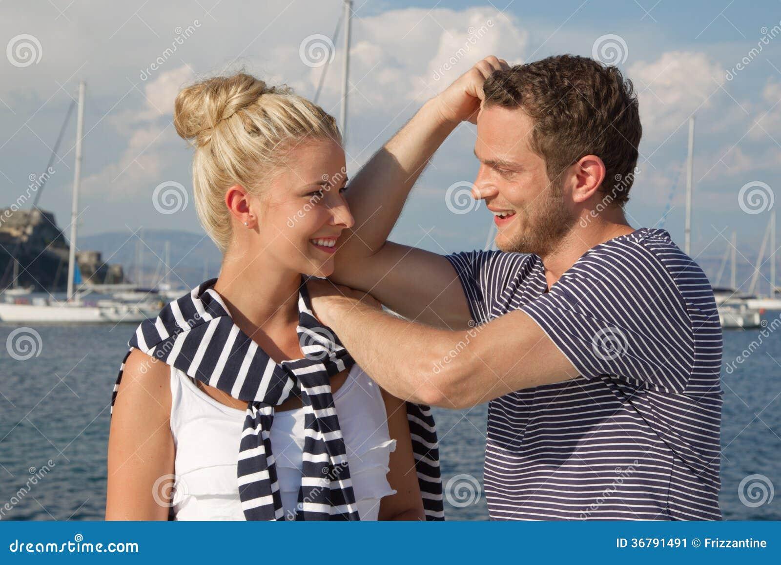 le jeune couple dans l 39 amour fait des vacances sur un voilier image stock image 36791491. Black Bedroom Furniture Sets. Home Design Ideas