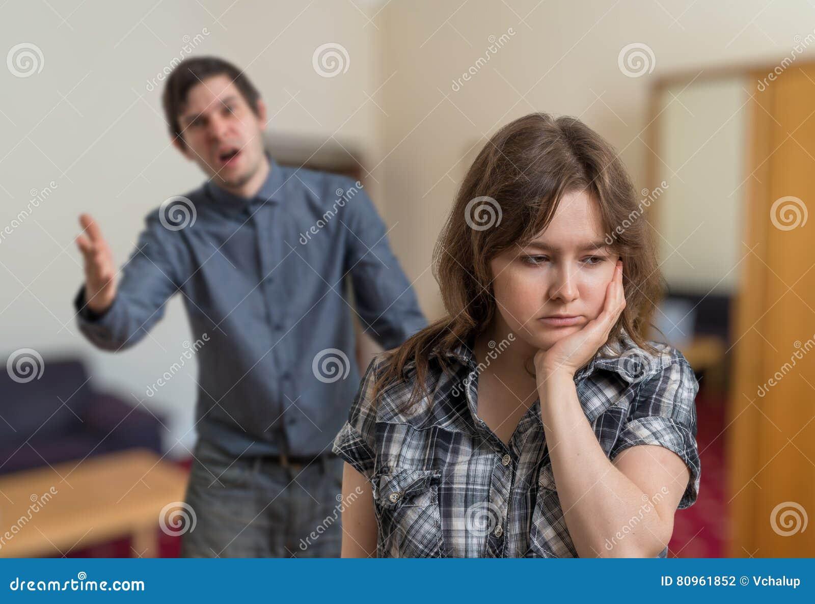 Le jeune couple discute L homme fâché explique quelque chose à la femme triste
