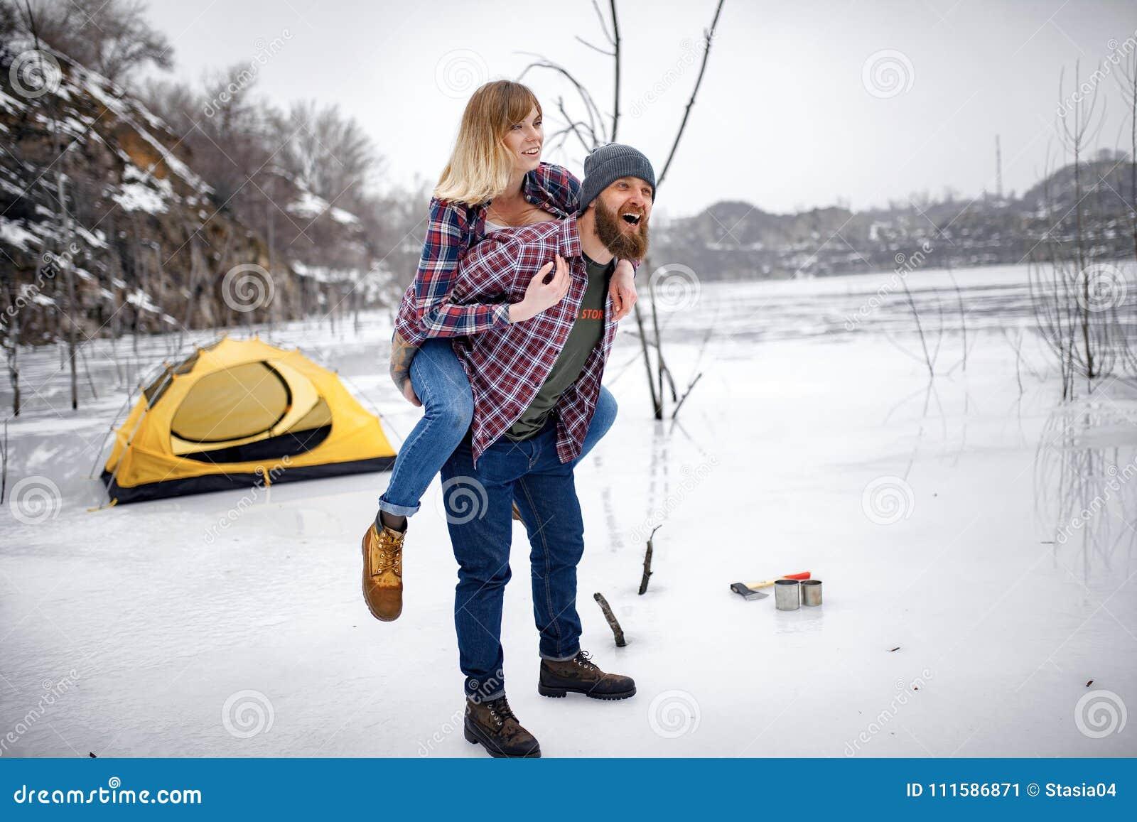Le jeune couple a l amusement pendant la hausse d hiver