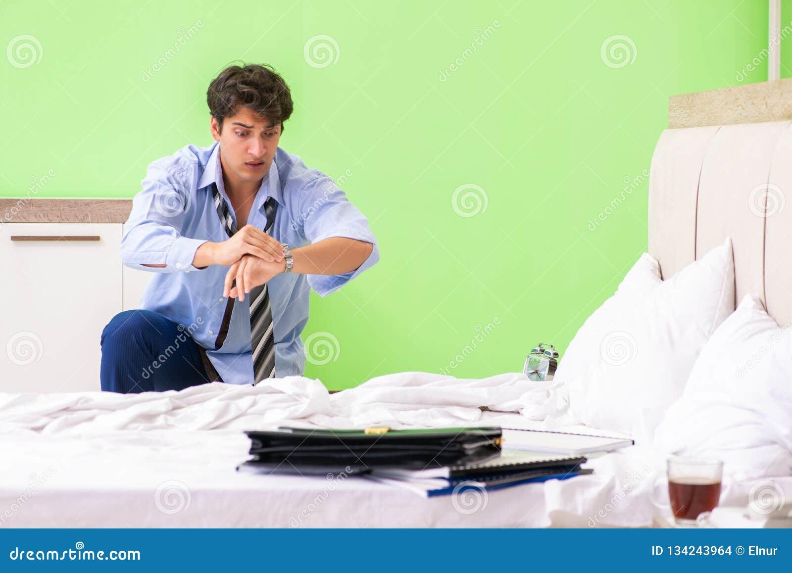 Le jeune employé dhomme daffaires en retard pour le bureau photo