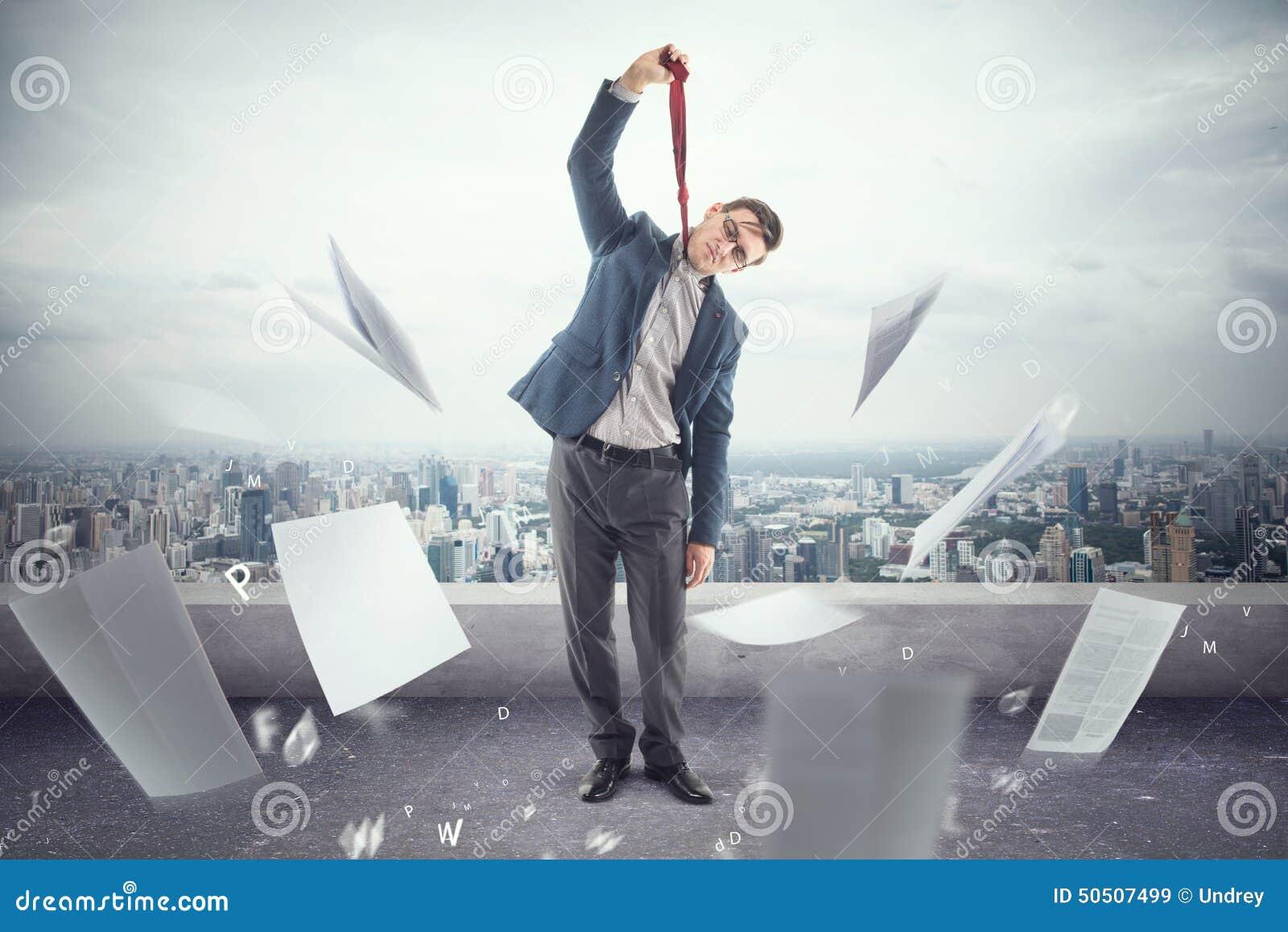 Le jeune employé de bureau sur le toit est fatigué à la mort de