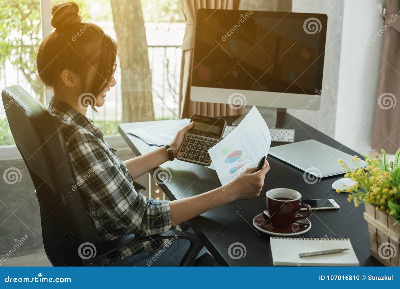 Le jeune entrepreneur, entrepreneur d adolescent travaillent à la maison, alpha