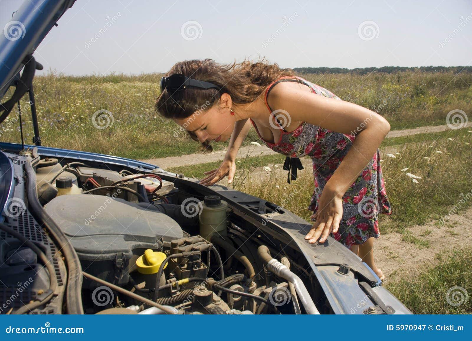 Le jeune femme s est déplié au-dessus de l engine