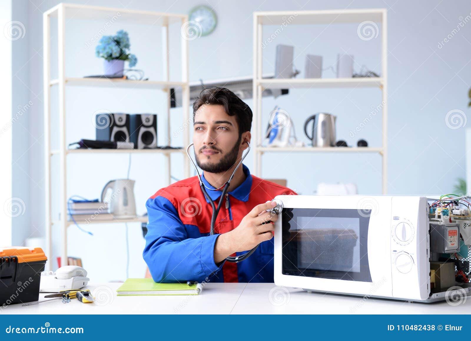 Fixation Pour Micro Onde le jeune four à micro-ondes de fixation et de réparation de