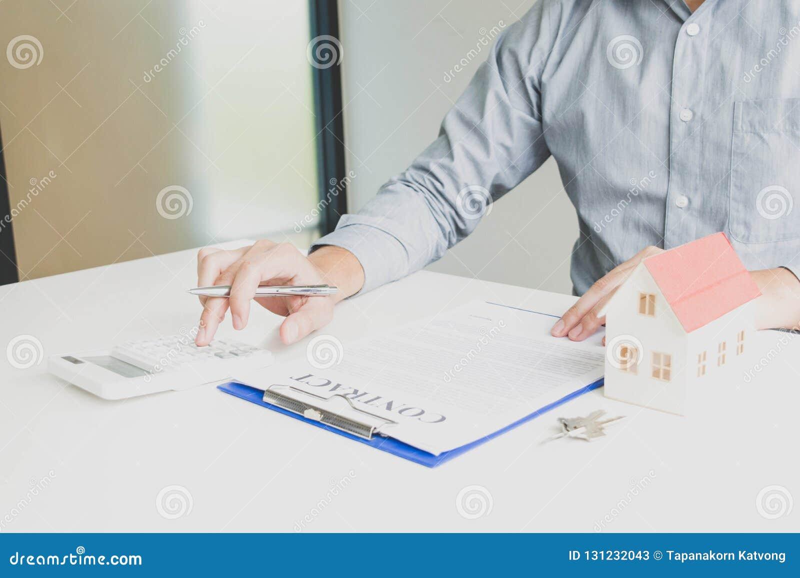 Le jeune homme était sur le point d approuver l argent pour louer une maison et une voiture
