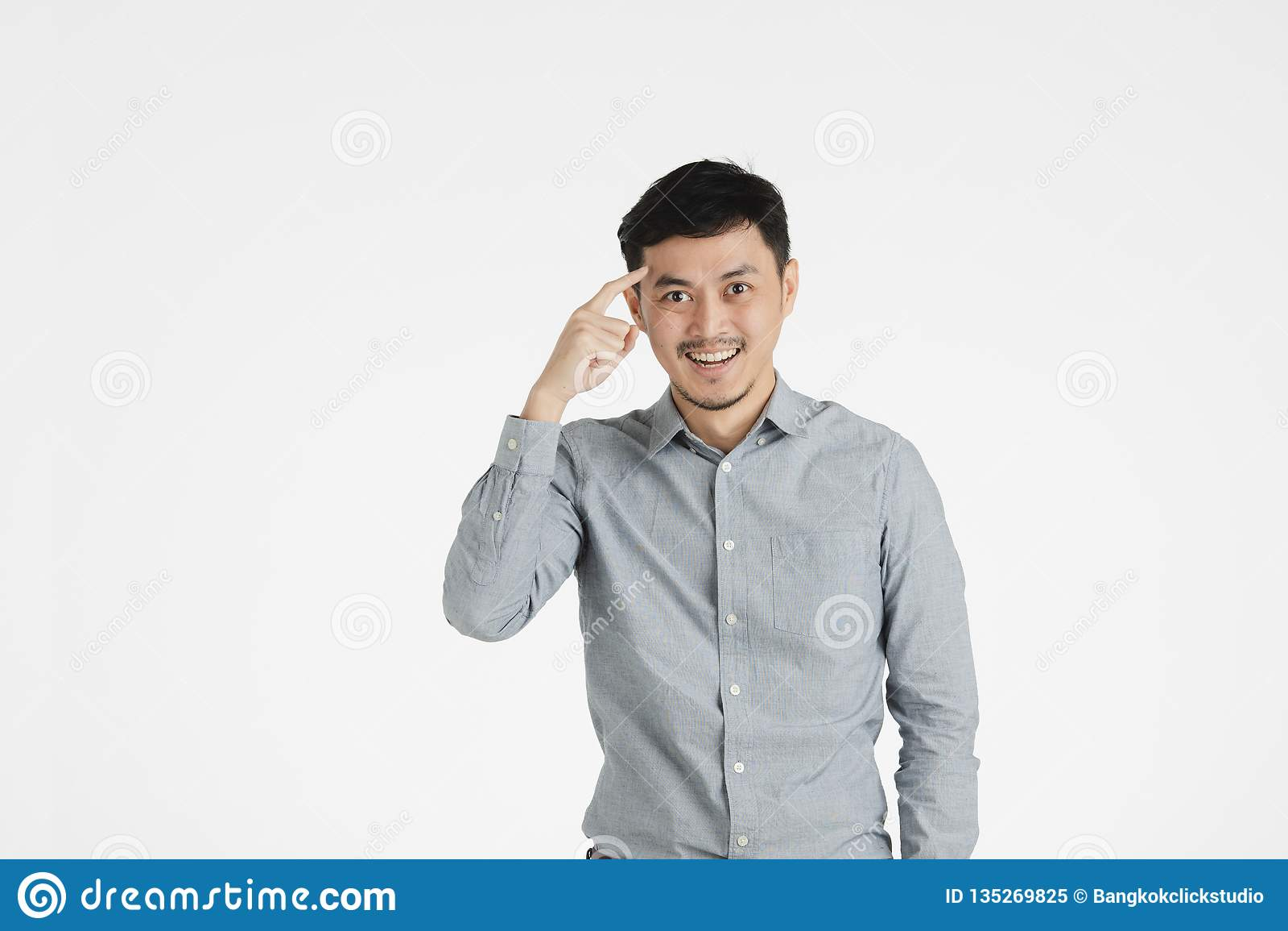 Le jeune homme asiatique cliquent sur dessus l idée
