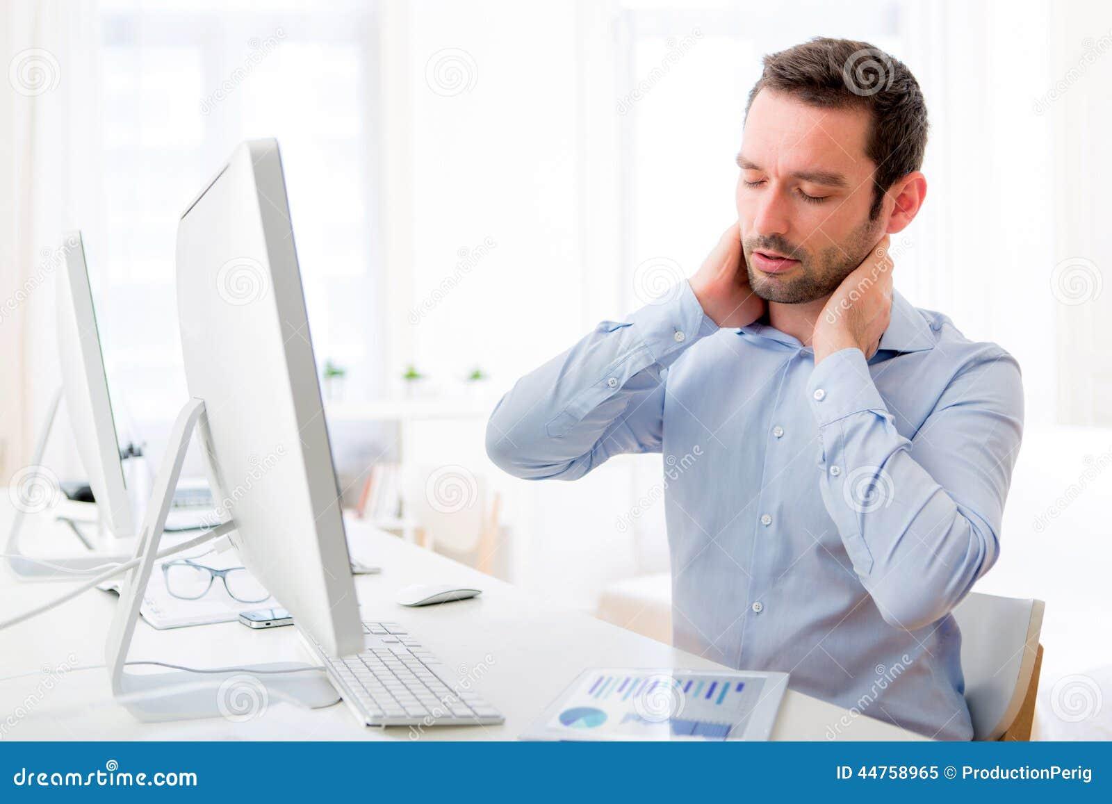 Le jeune homme attirant a atteint une douleur cervicale le bureau