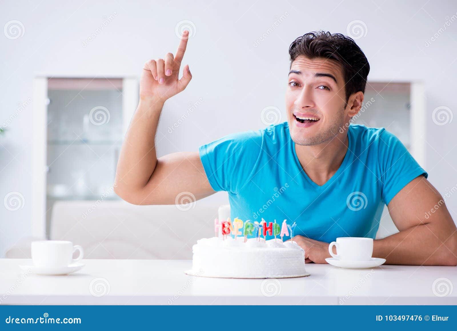 Le jeune homme célébrant seul l anniversaire à la maison