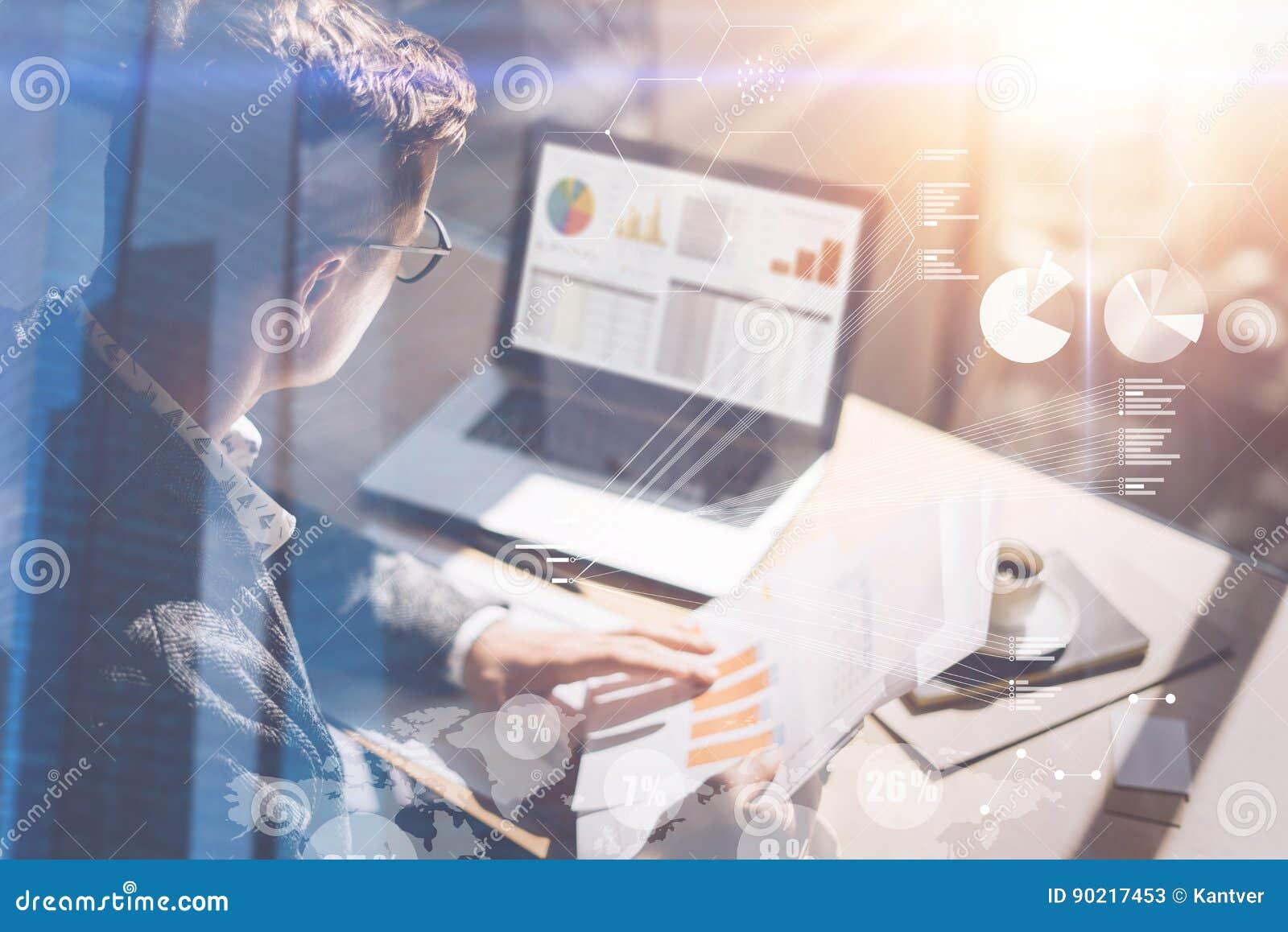 Le jeune homme d affaires analysent le rapport d inventaire sur l écran de carnet Concept d écran numérique, icône de connexion v