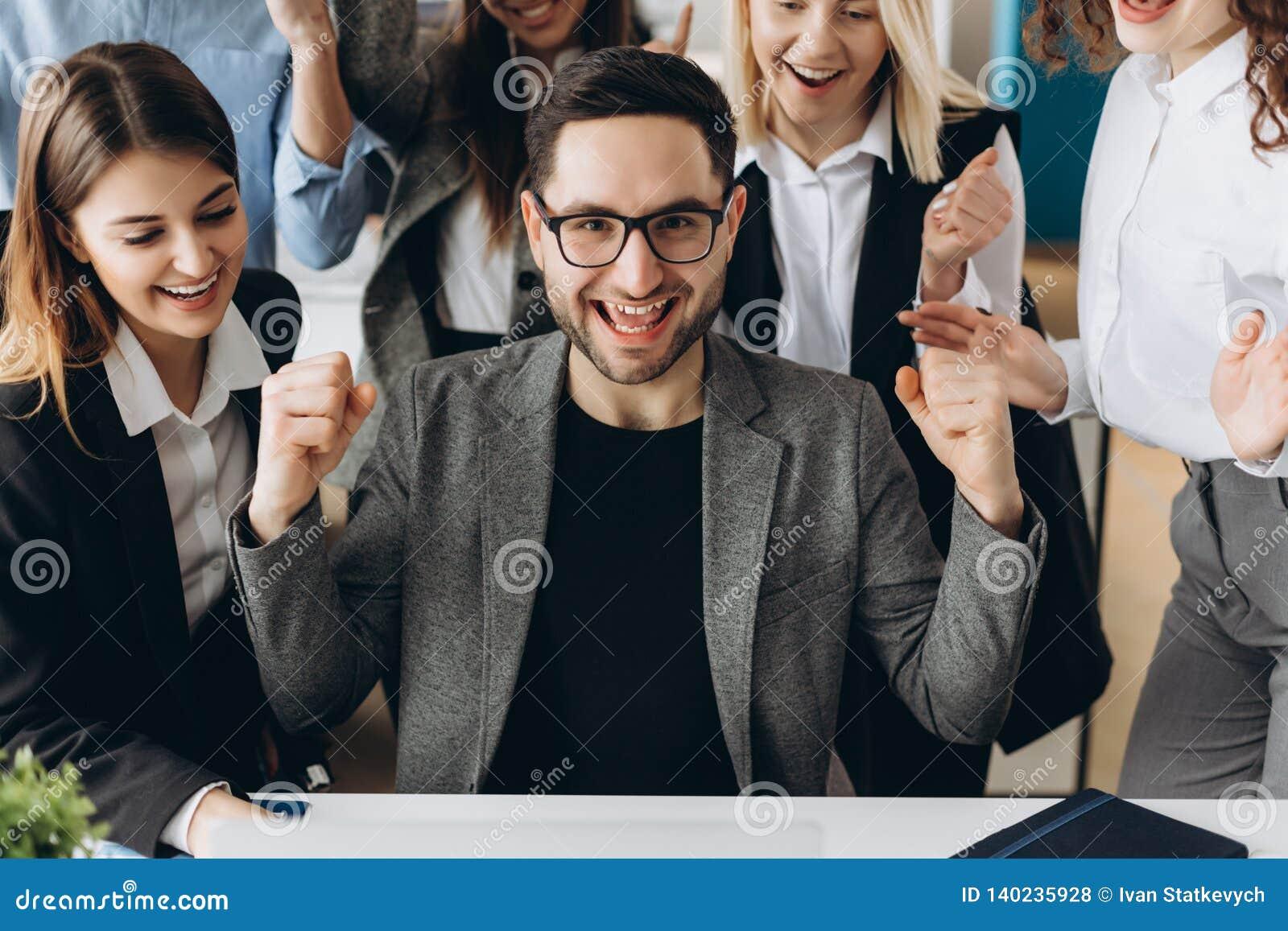 Le jeune homme d affaires heureux avec des accomplissements vraiment impressionnants, danse de victoire, société à croissance rap