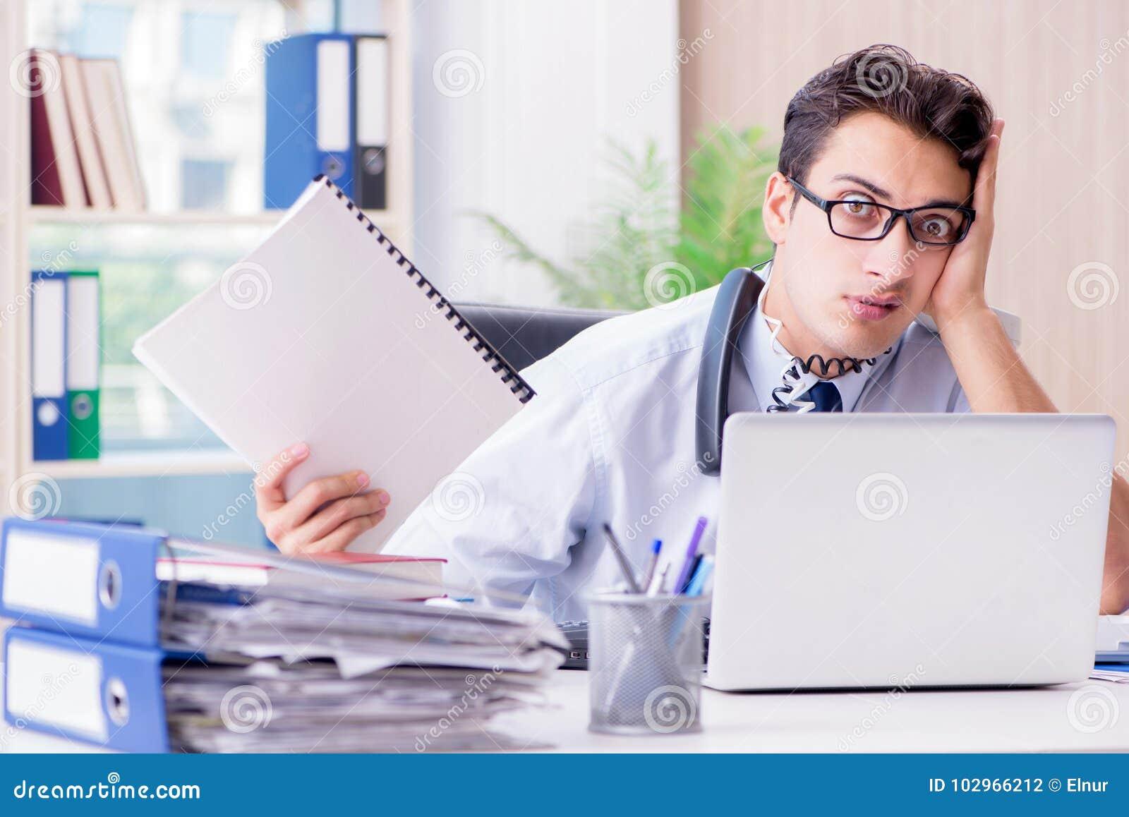 Le jeune homme daffaires sous pression dans le bureau pour fournir