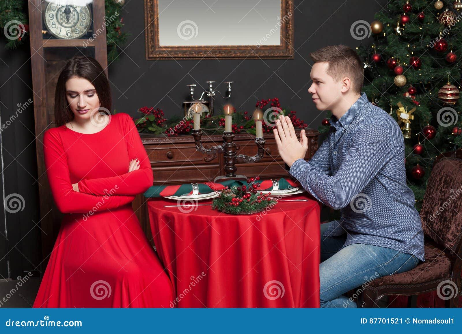 Le jeune homme demande à la femme de lui donner une occasion