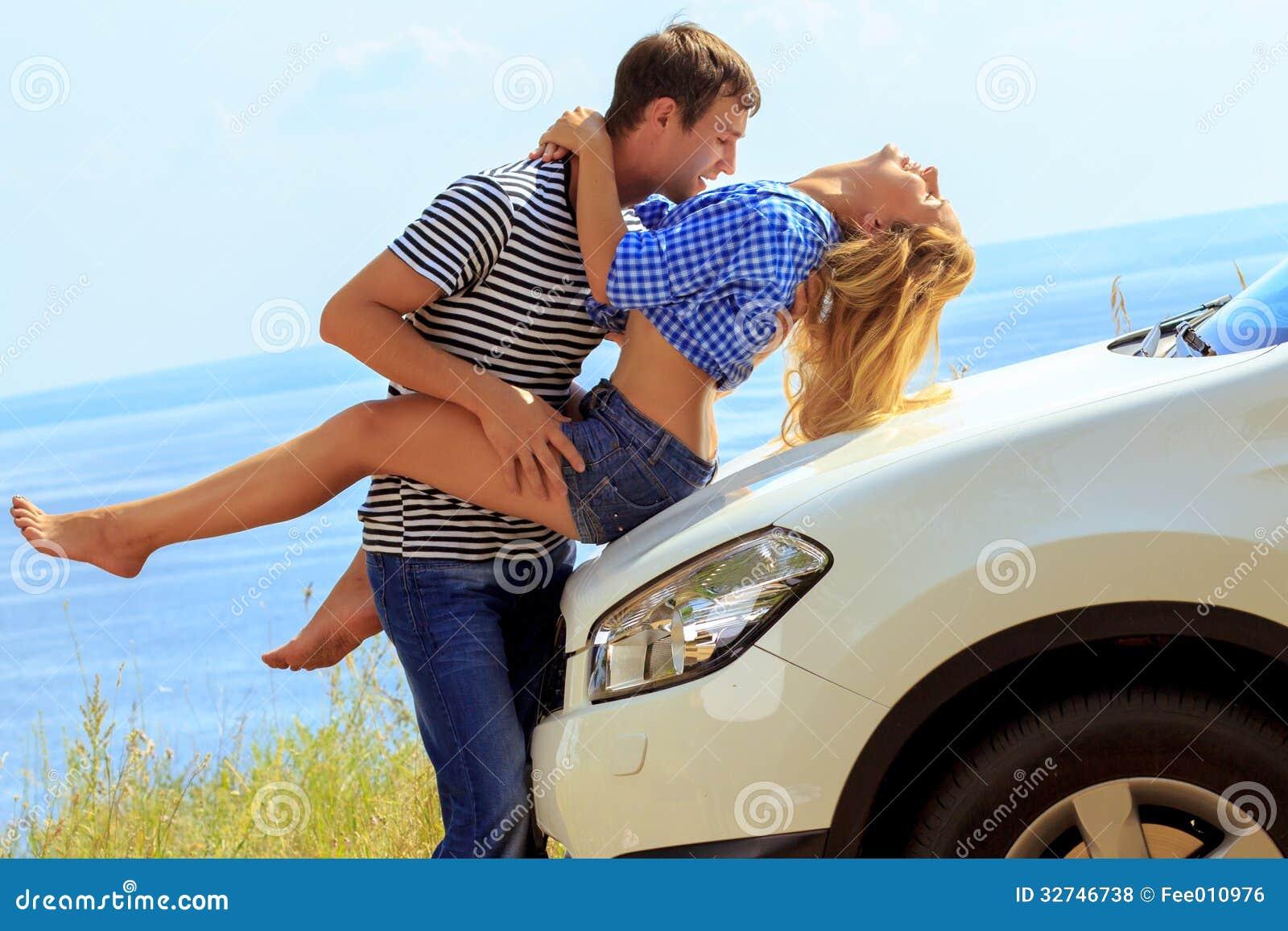 le jeune homme embrasse la femme s 39 asseyant en la voiture contre la mer photos libres de droits. Black Bedroom Furniture Sets. Home Design Ideas