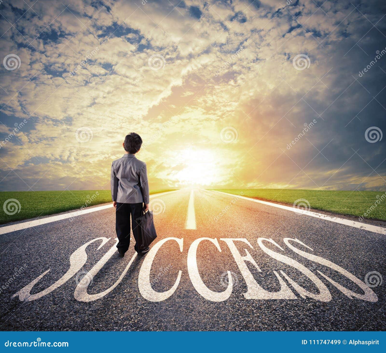 Le jeune homme marche sur un chemin de succès Concept de démarrage réussi d homme d affaires et de société