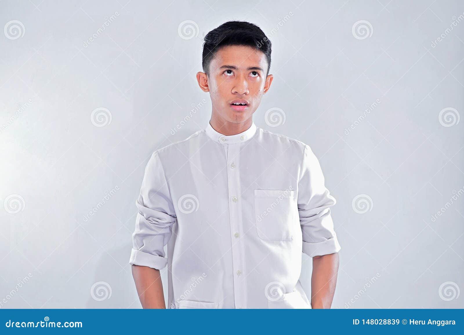 Le jeune homme musulman asiatique était recherche abasourdie, sa bouche ouverte, attente silencieuse d observation choquée par ce