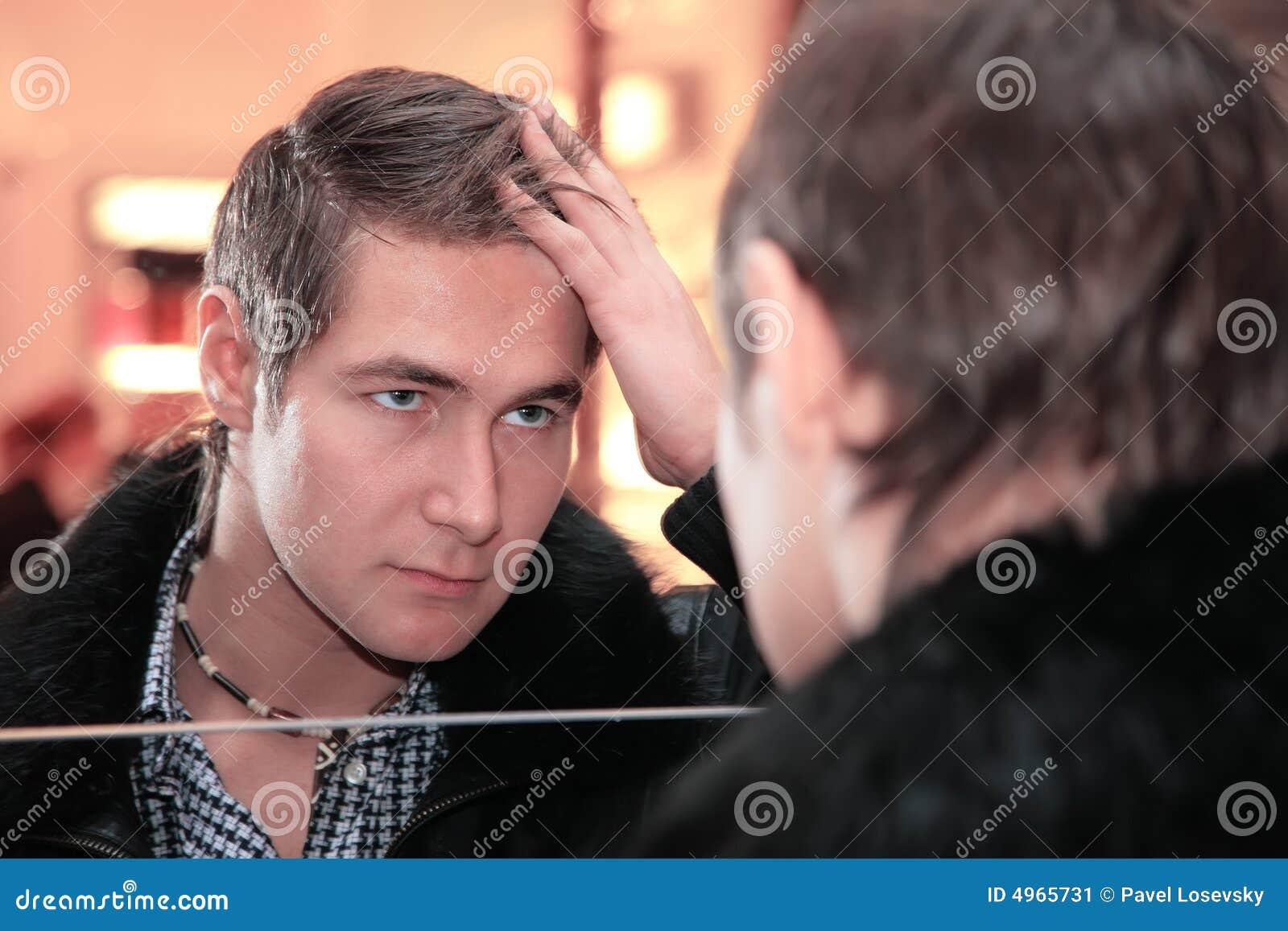 Le jeune homme regarde dans le miroir image stock image for Regarde toi dans un miroir