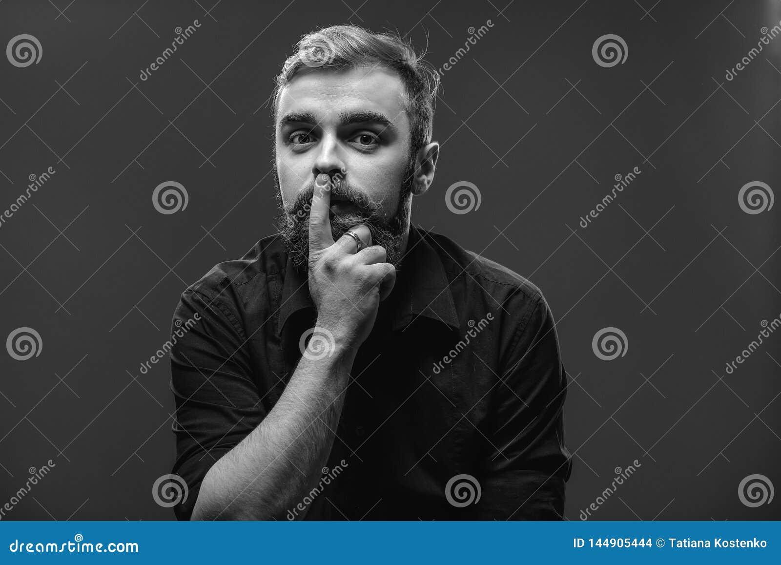 Le jeune homme roux élégant avec une barbe et une moustache a habillé I