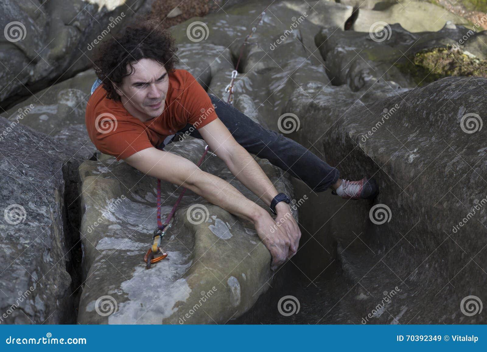 Le jeune homme s élève sur une falaise avec une corde