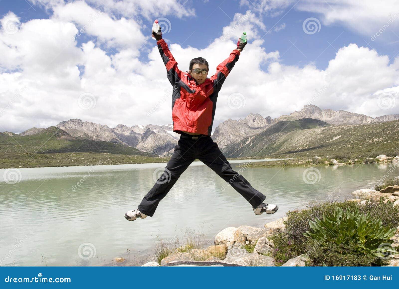 Le jeune homme saute haut
