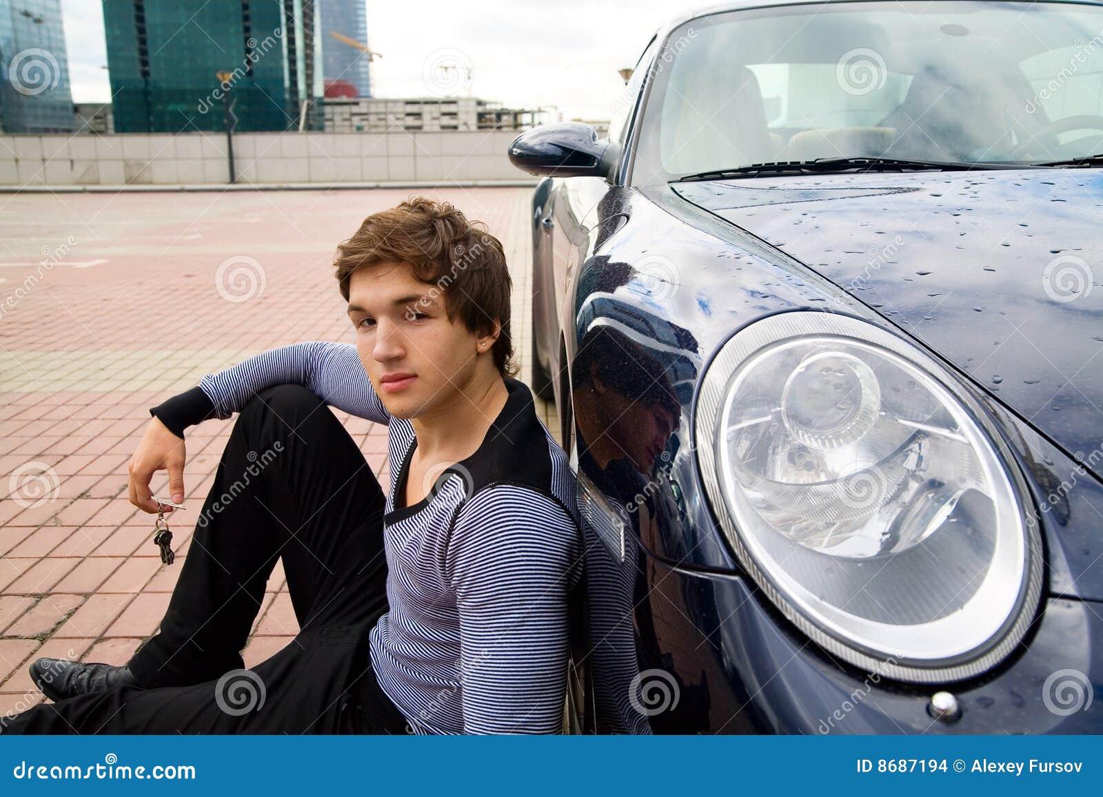 Le jeune homme sur un stationnement