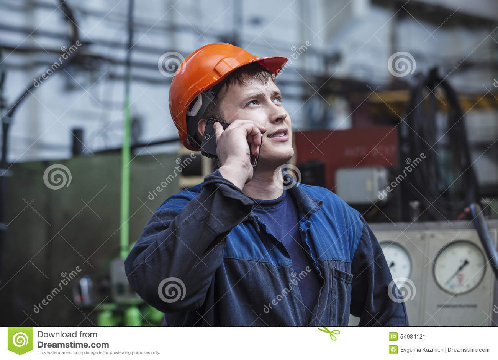 Le jeune homme travaillant à la vieille usine sur l installation de l equi