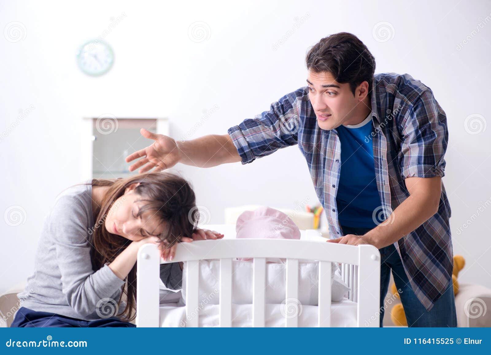 Le jeune papa ne peut pas tenir pleurer de bébé