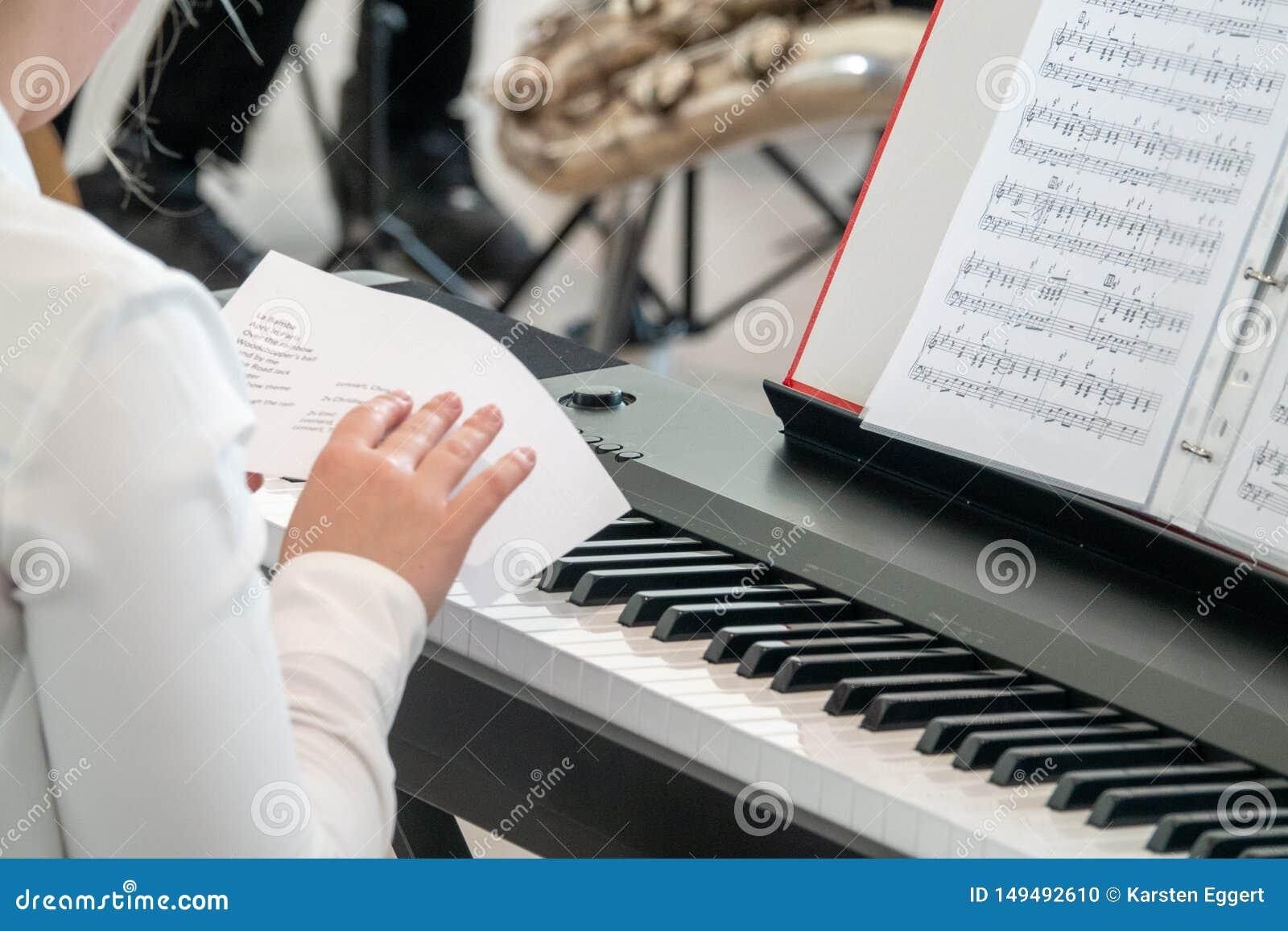 Le jeune pianiste ?tudie le programme avant une repr?sentation