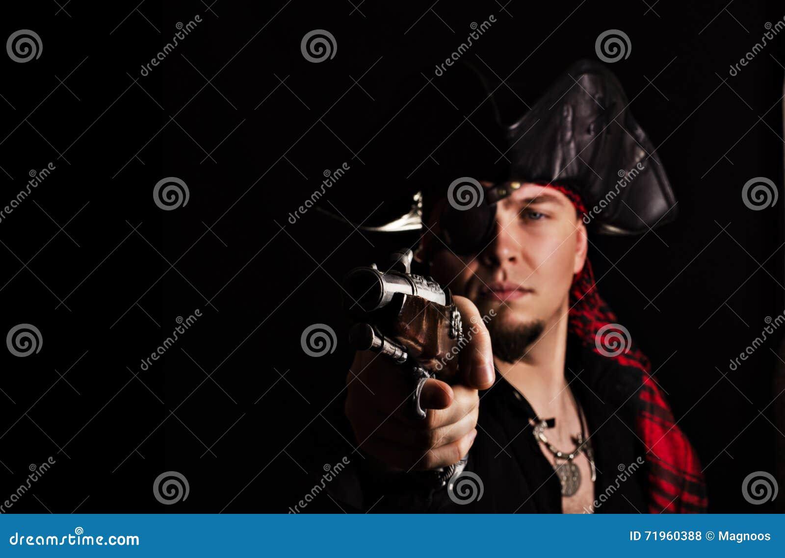 Le jeune pirate borgne vise un pistolet vieux