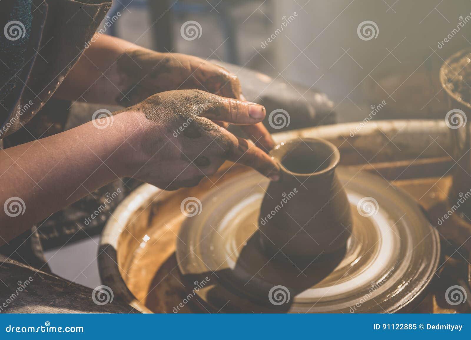 Le jeune potier féminin forme le pot de l argile