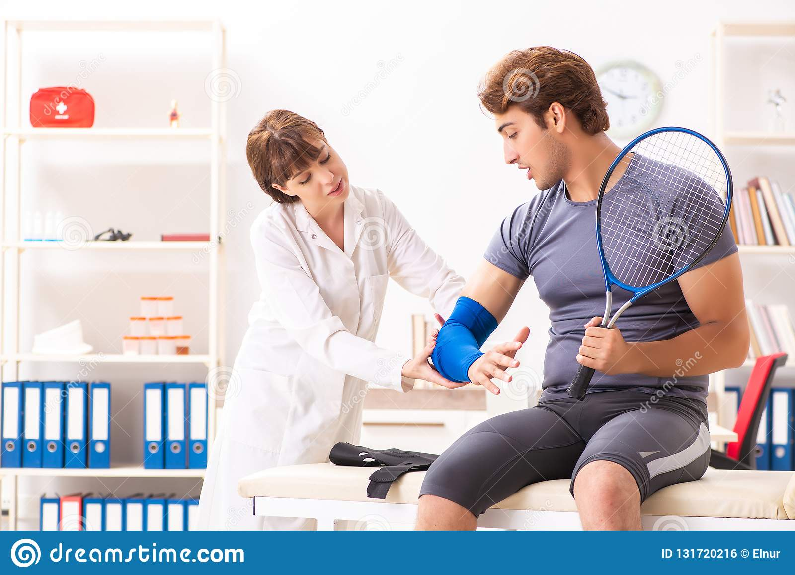 Le jeune traumatologist de visite de docteur de joueur de tennis