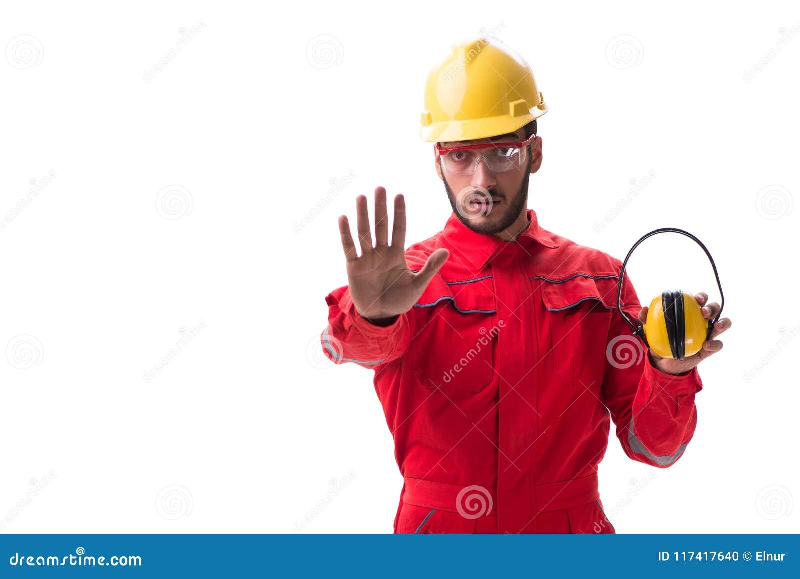 Le jeune travailleur avec le bruit décommandant des écouteurs sur le blanc