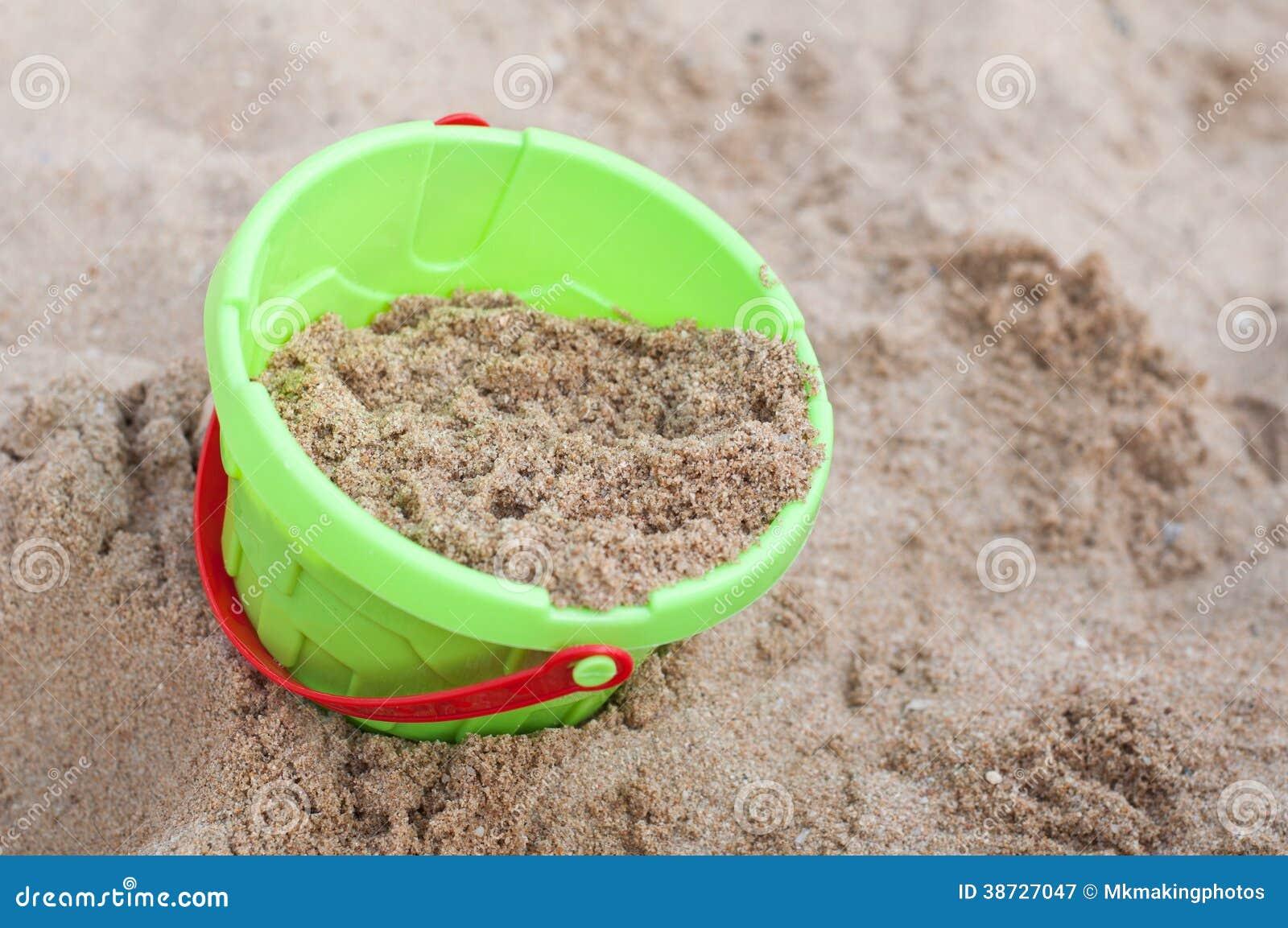le jouet de seau d 39 enfants avec le sable photographie. Black Bedroom Furniture Sets. Home Design Ideas
