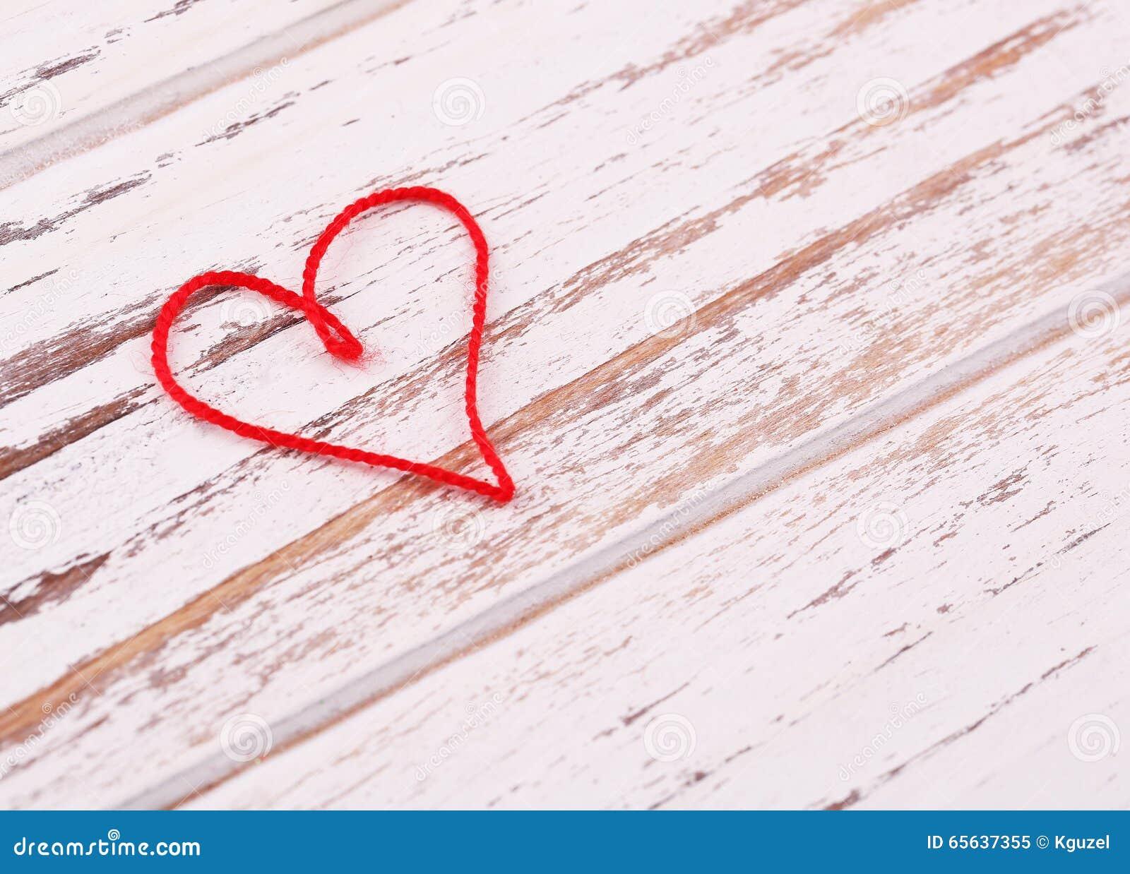 Le jour de Valentine Coeur rouge de fil formé