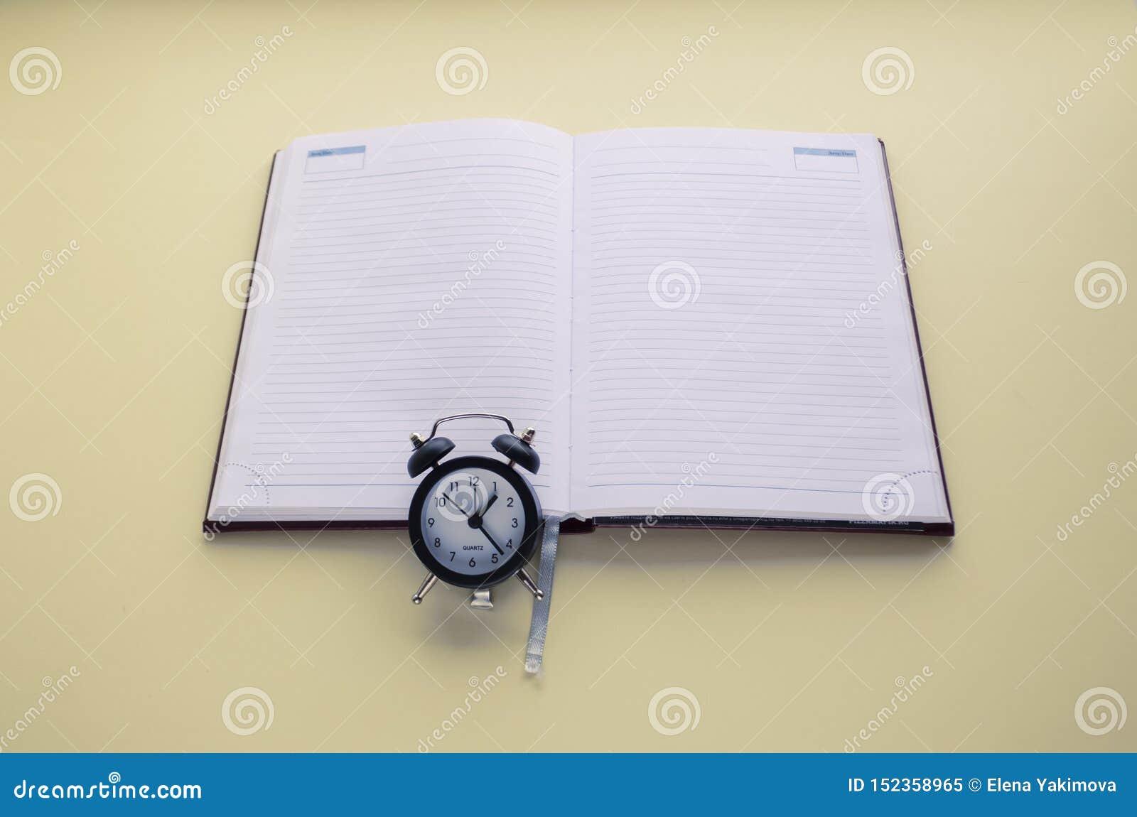 Le journal intime et l horloge, font à l heure, écrivent au calendrier et au journal intime Copiez l espace