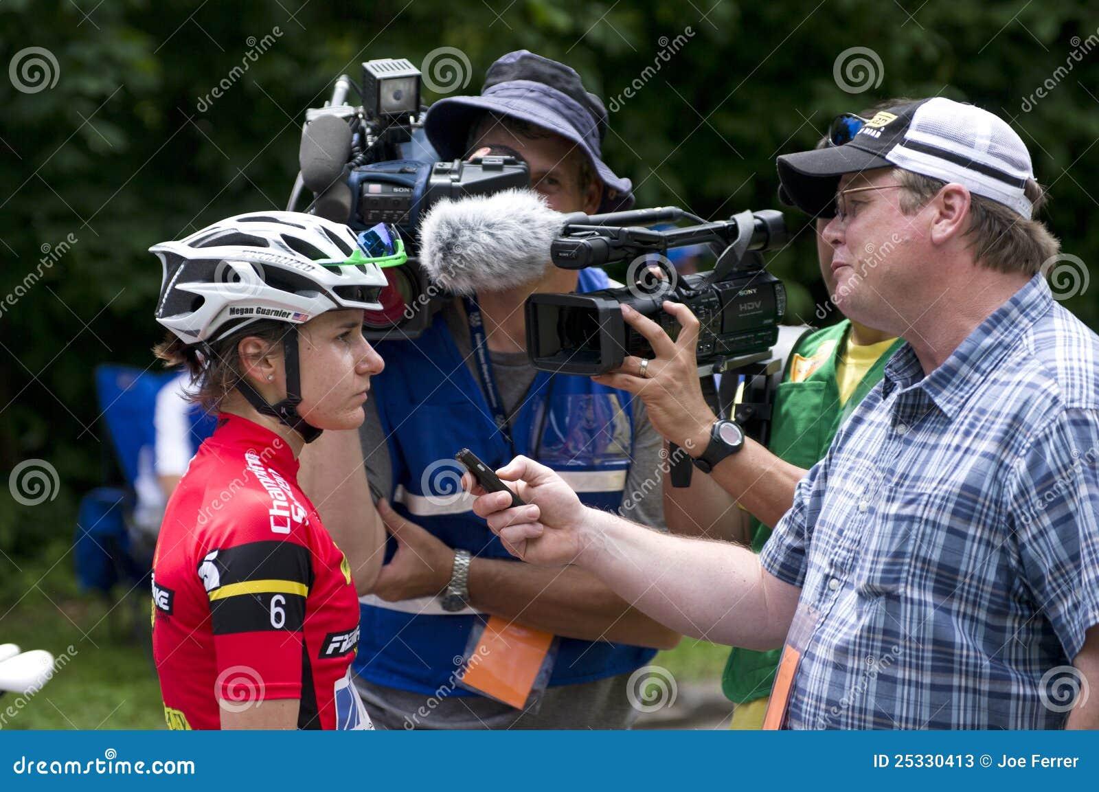 Le journaliste interviewe Guarnier