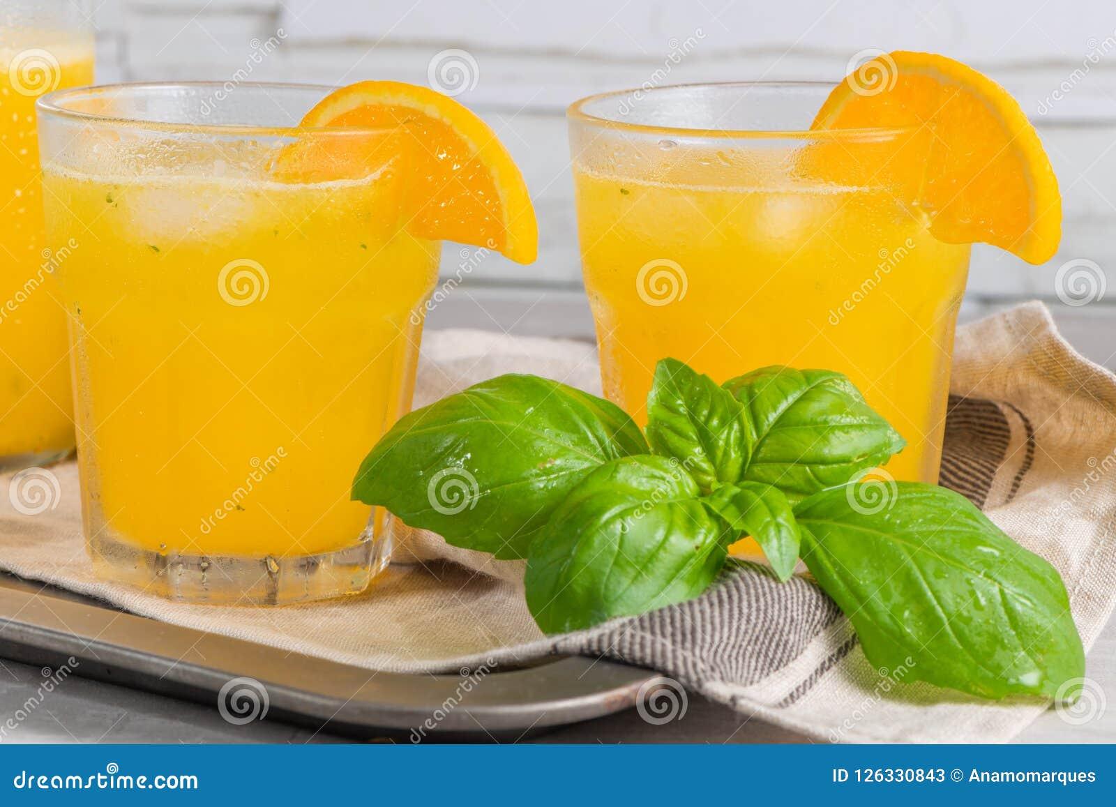 Le Jus D Orange Fait Maison Avec Les Glacons Et Le Basilic Part En