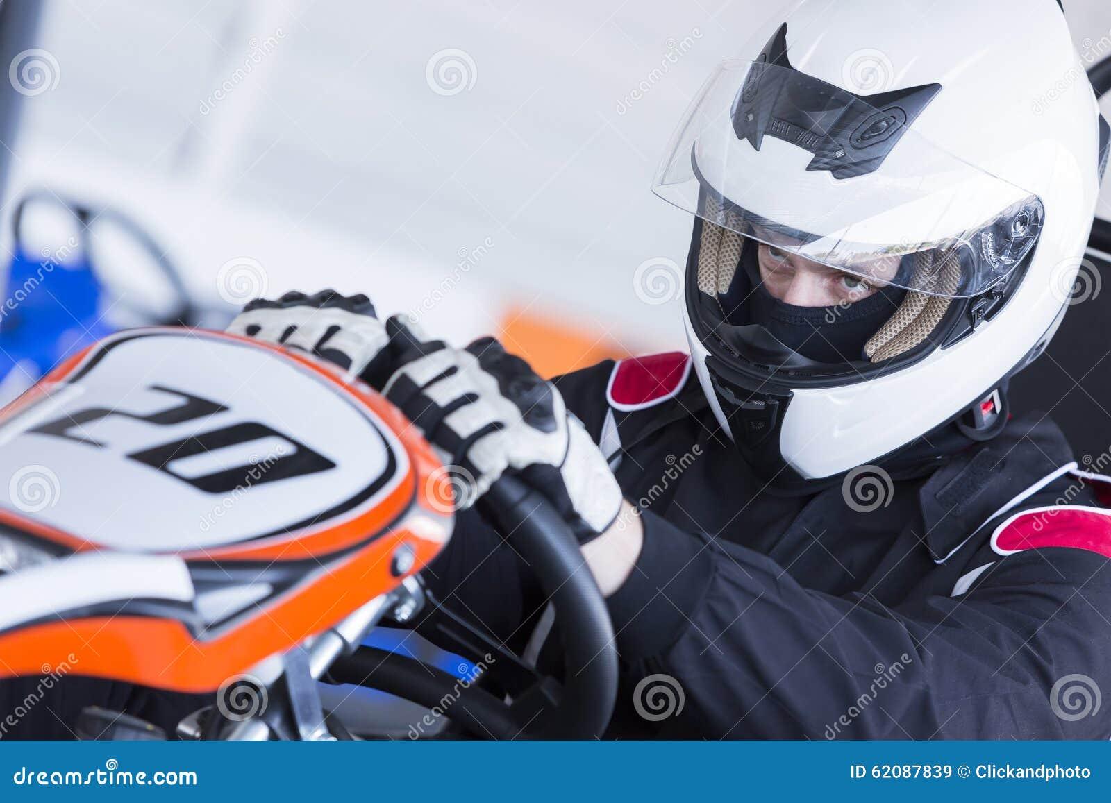 Le kart pilote préparent pour la course