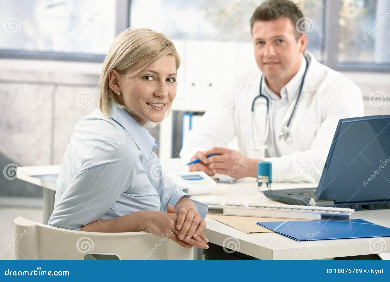 Le kvinna för doktorskontor s