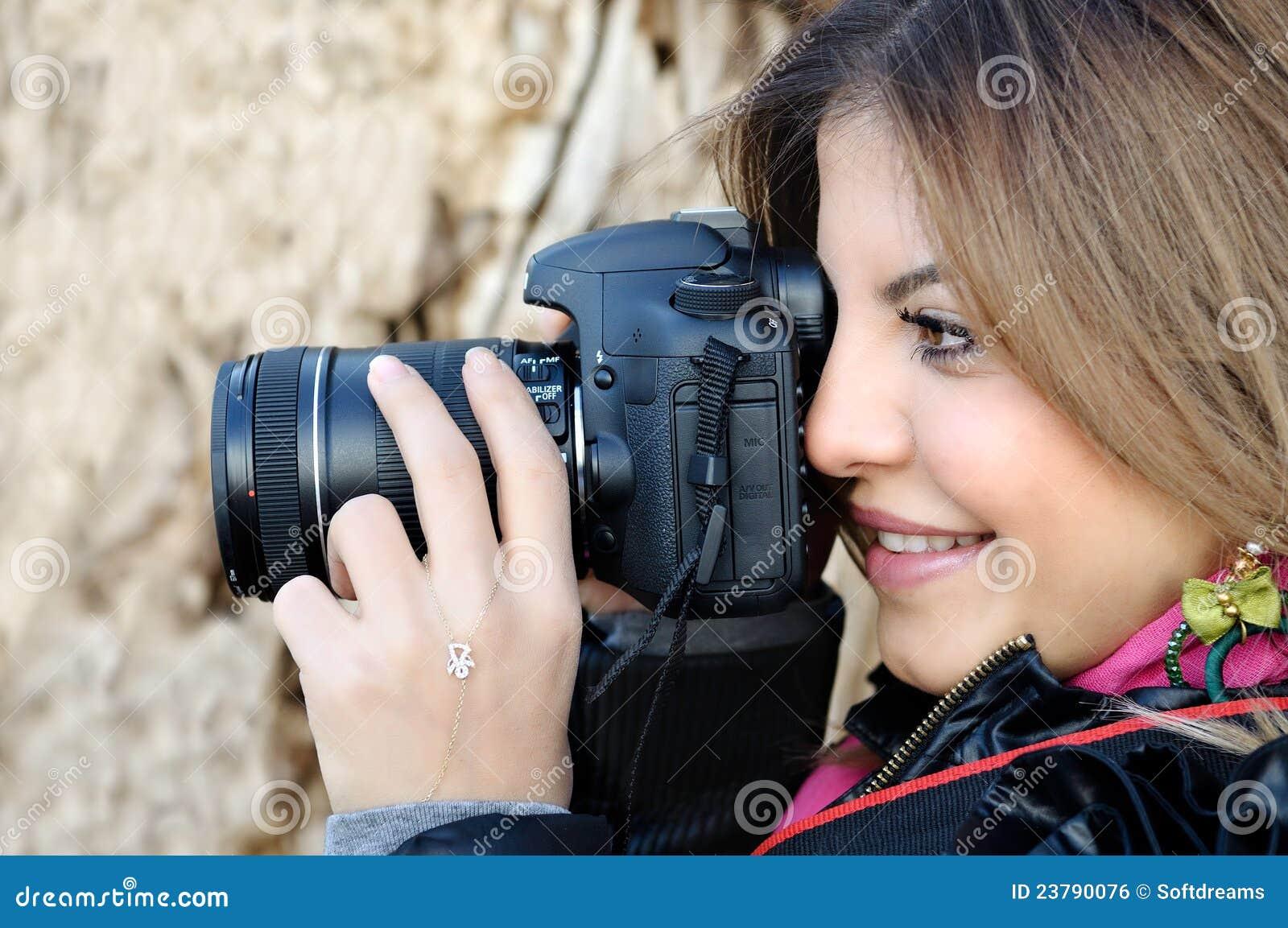 Le kvinna för kamerafoto