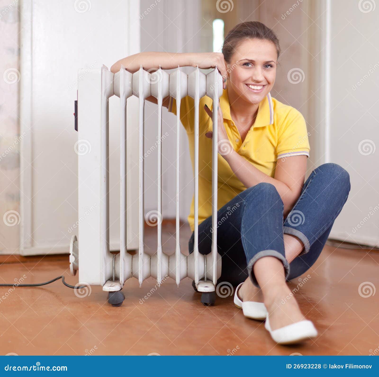 Le kvinna nära det varma element