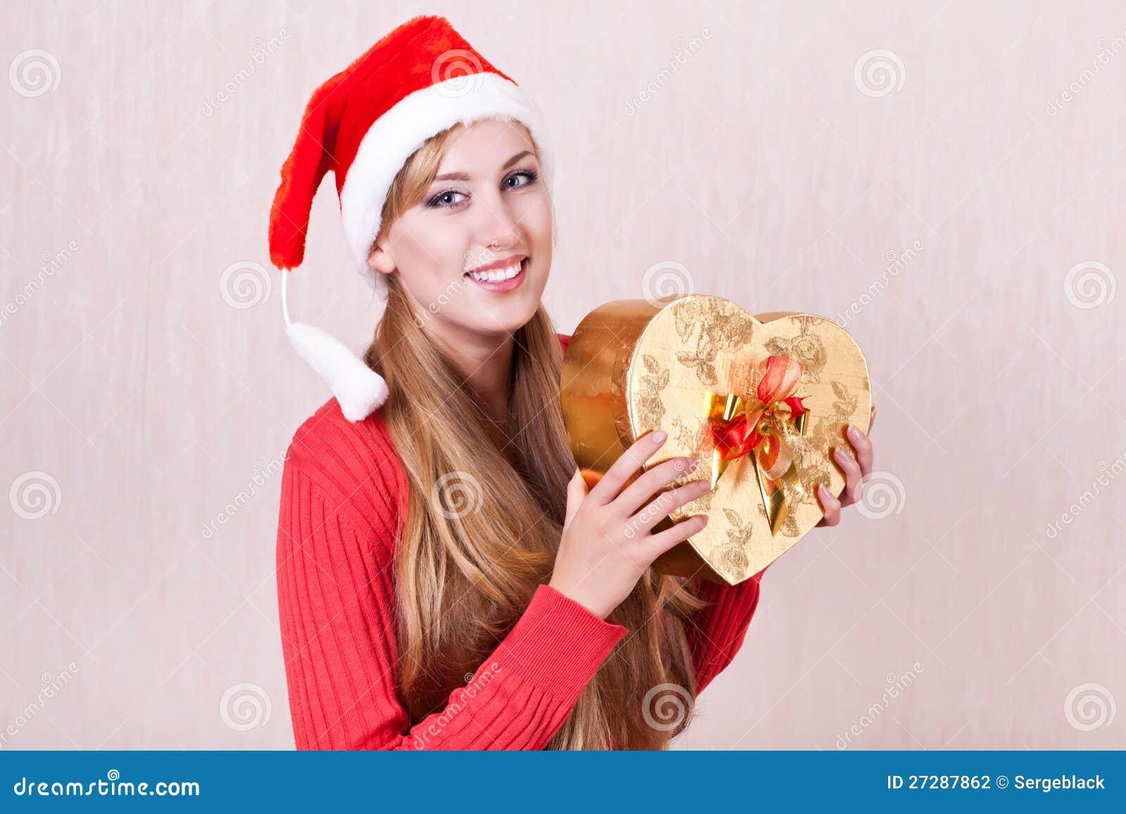 Le kvinna som slitage gåvan för Santa Claus hattholding