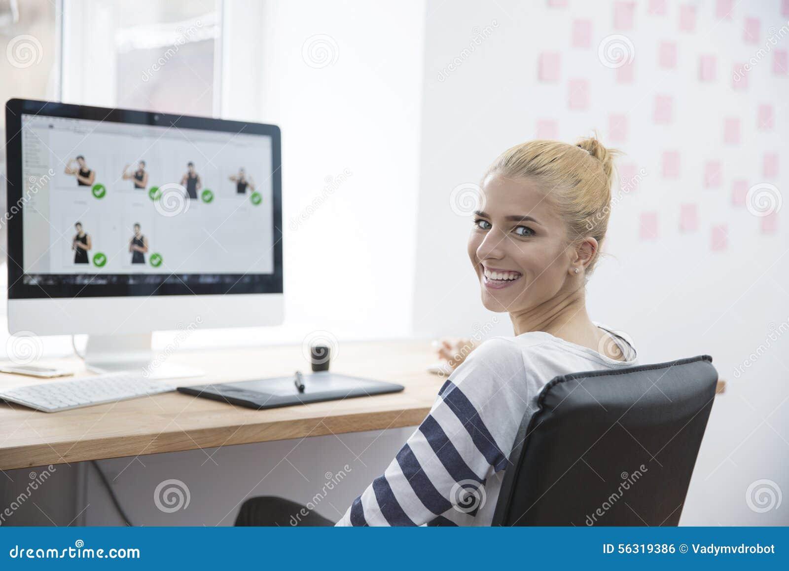 Le kvinnligt sammanträde för fotoredaktör på tabellen