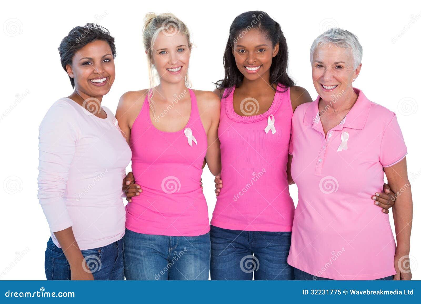 Le kvinnor som bär rosa färgblast och bröstcancerband