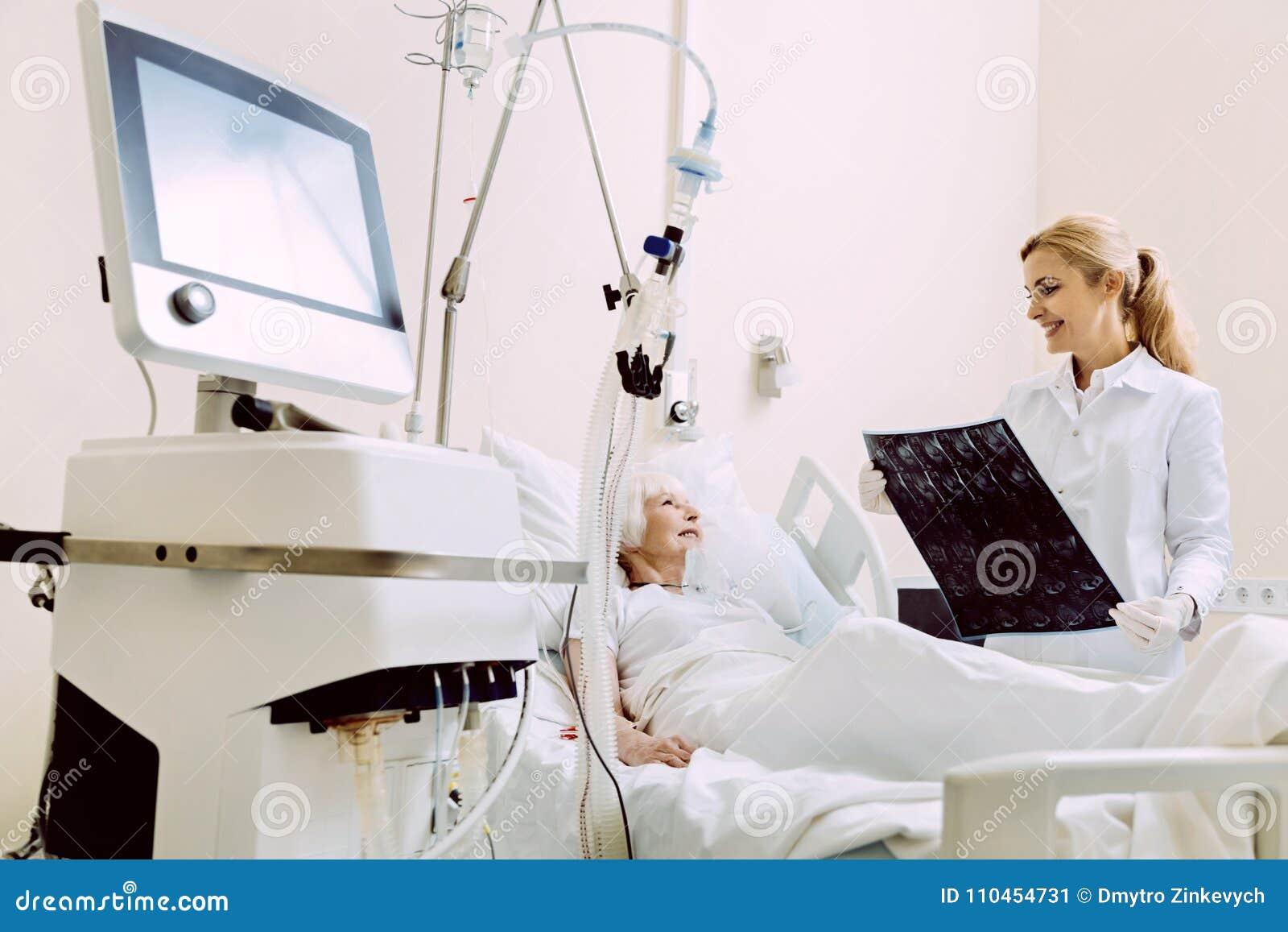 Le läkaren som ser mribildläsningar av den höga patienten