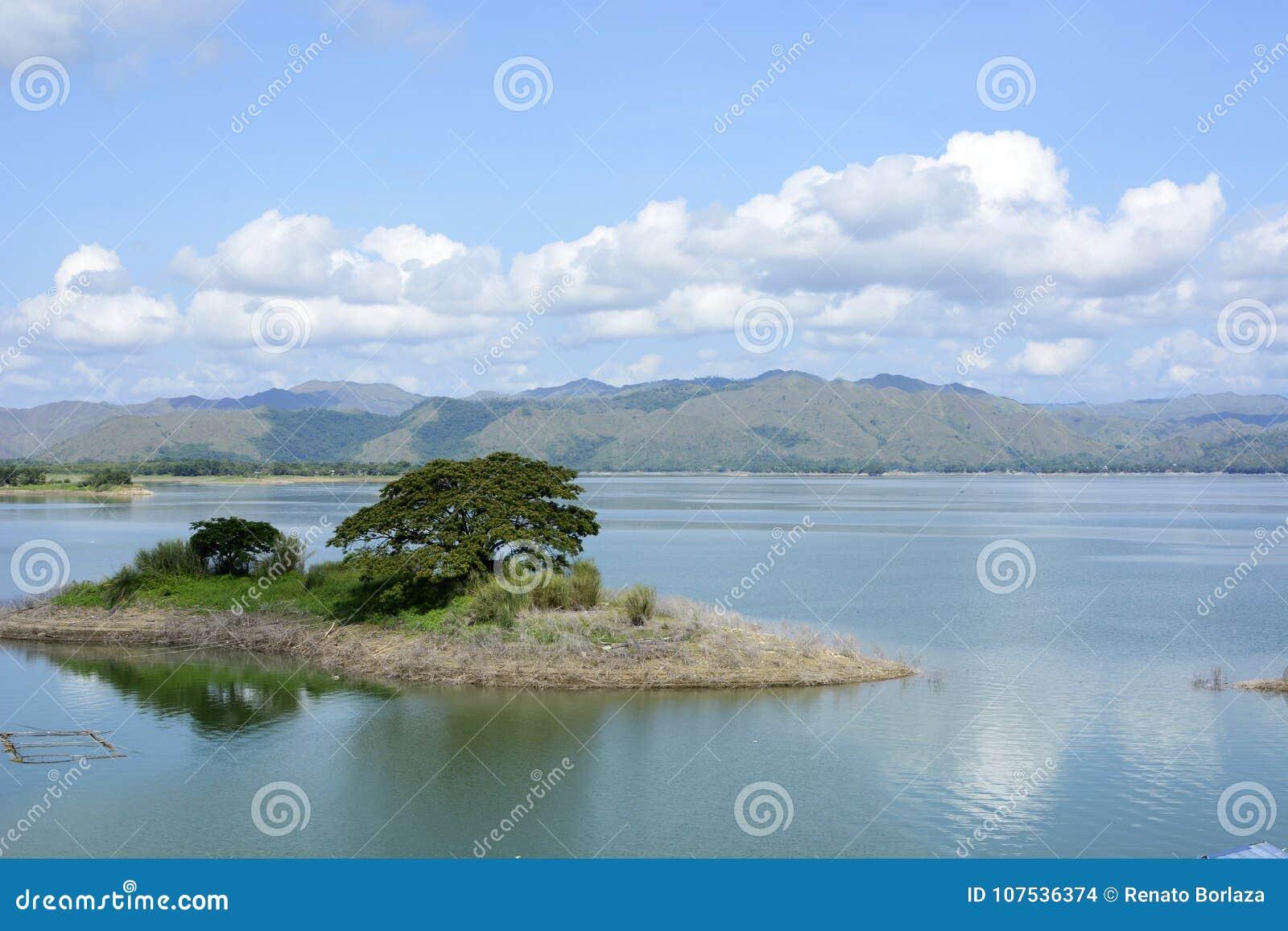 Le lac énorme a formé en raison de la construction électrique hydraulique de barrage de Magat, plaçant des villes sous l eau