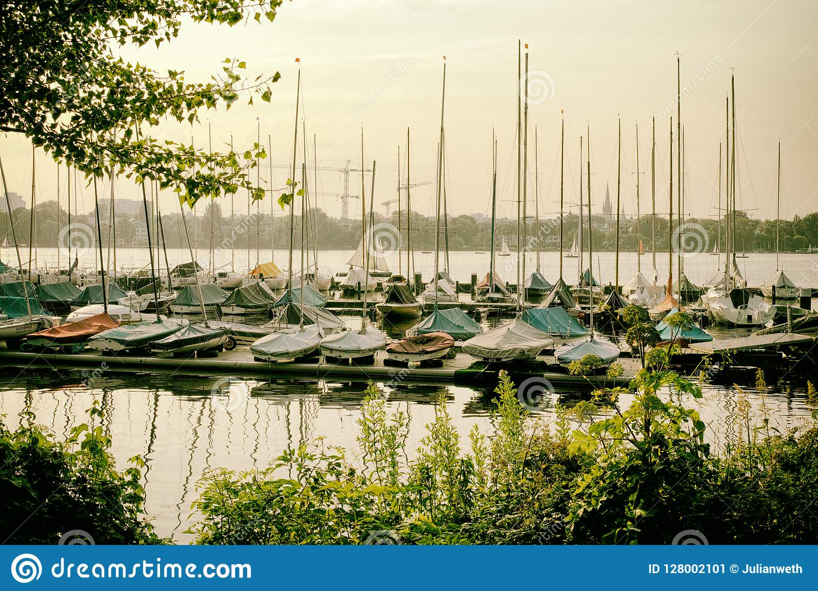 Le lac Alster dans le yacht de bateau à voile de Hambourg Allemagne folâtre l eau