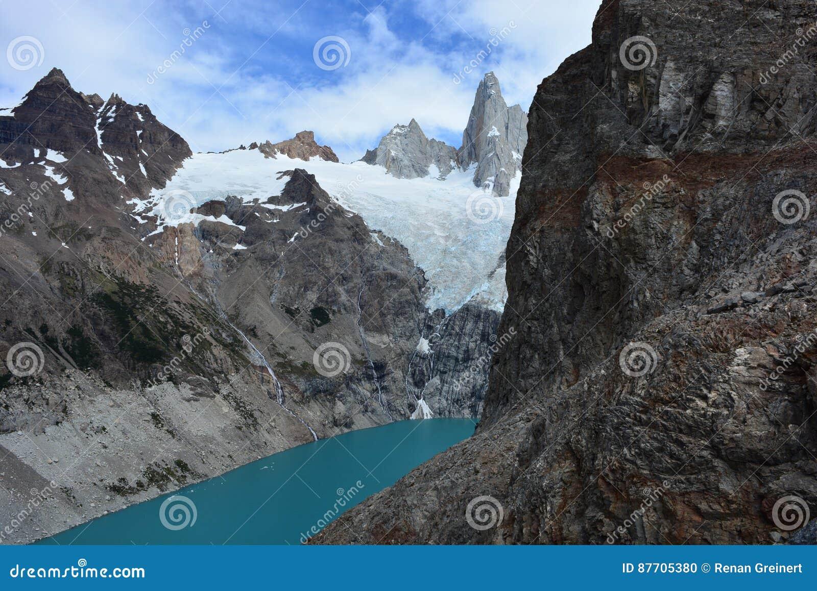 Le lac laguna Sucia et Fitz Roy font une pointe en parc national de visibilité directe Glaciares, EL Chaltén, Argentine