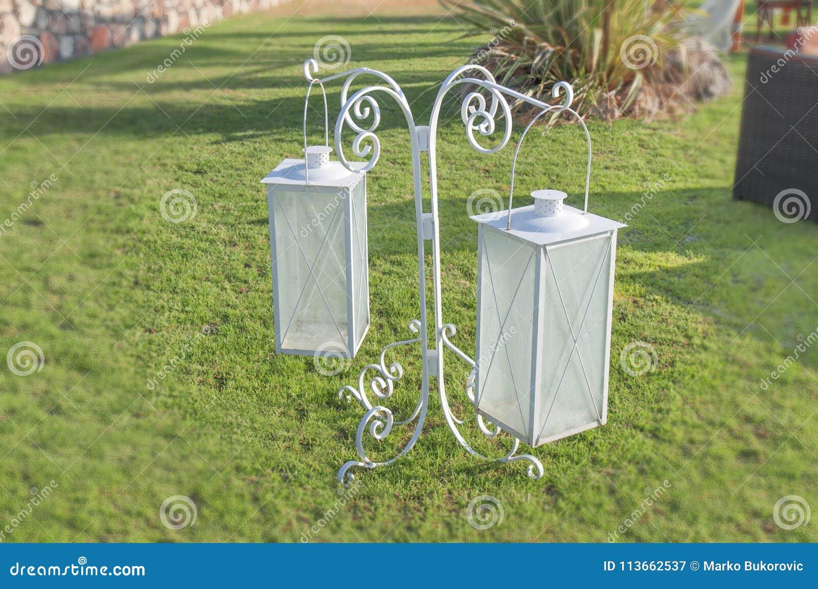 Lanterne Bianche Da Esterno.Le Lanterne Bianche Della Decorazione Del Ferro Nel Giardino Della